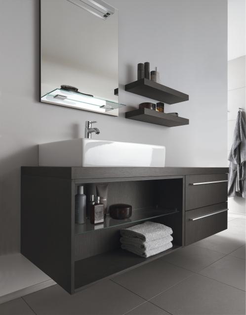 badrummet gäller svart, vitt och mörka träslag - Byggahus.se