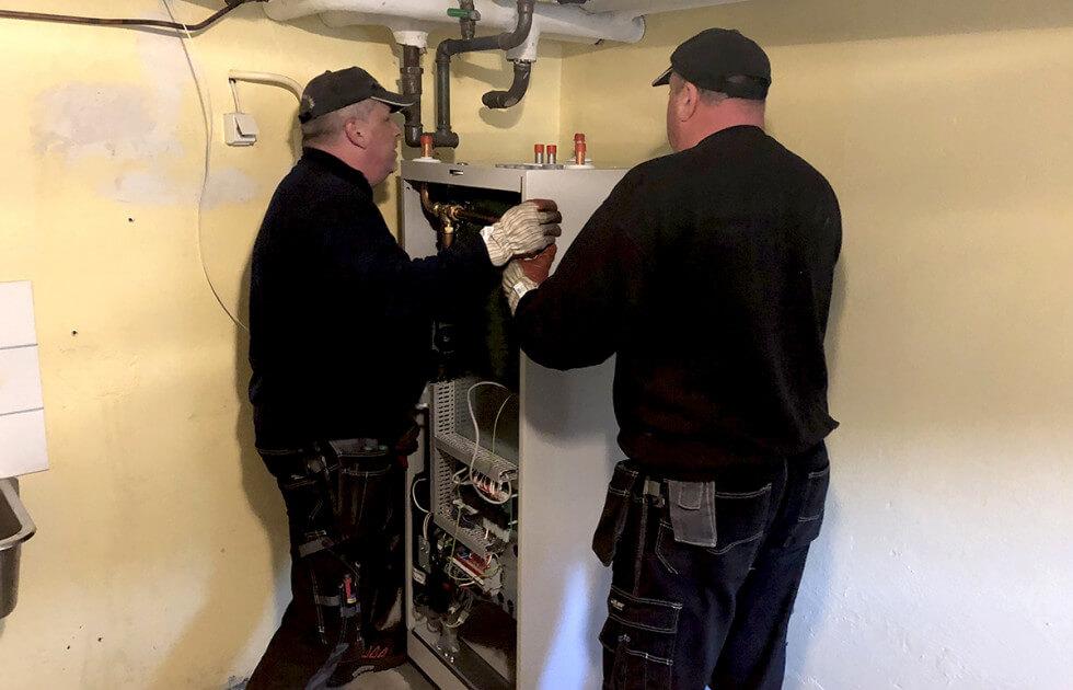 Rörläggare monterar pumpen