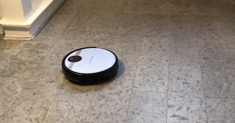 Cleanmate har ett svagt sug men klarar ändå av hårt golv.