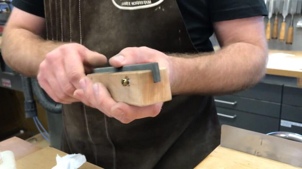 En enkelhuggen fil monterad i en träbit
