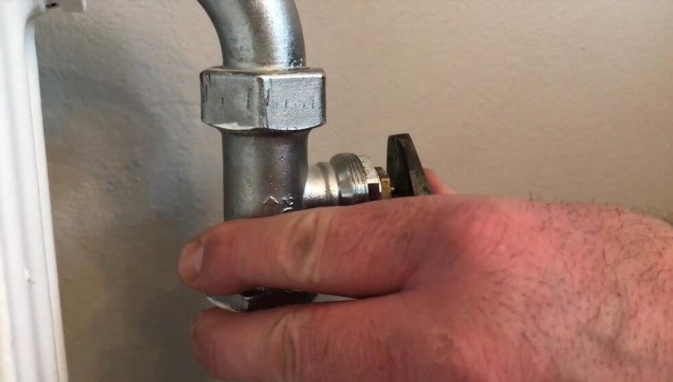 Fjädrande stift bakom termostaten