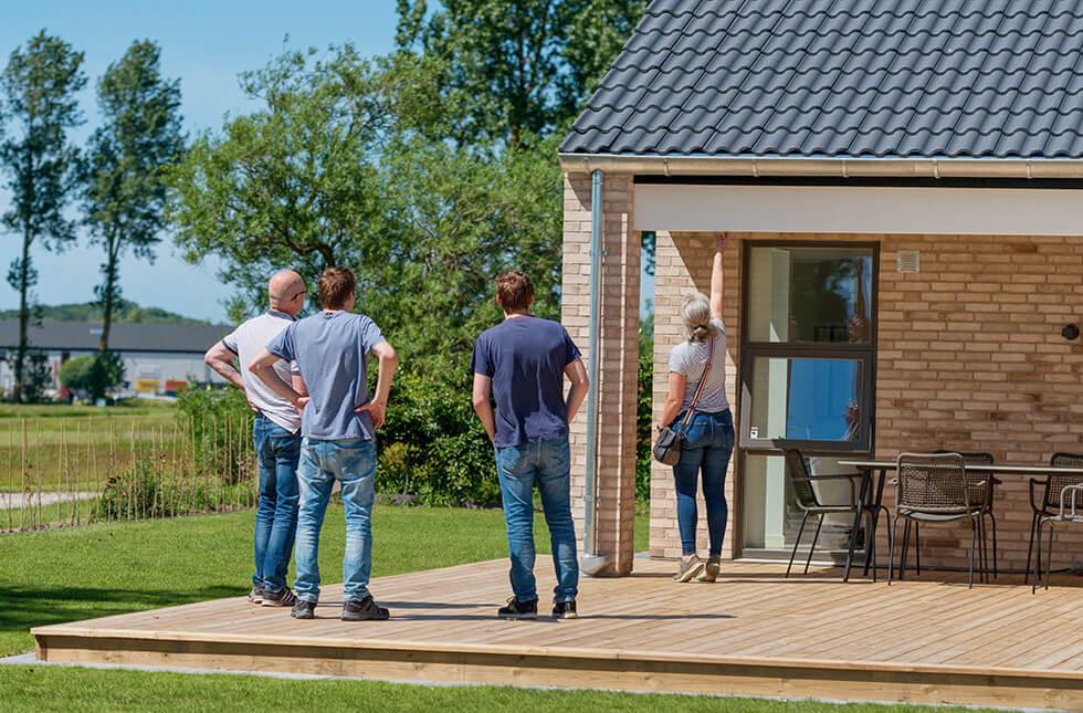 Besökare tittar på nybyggt hus.