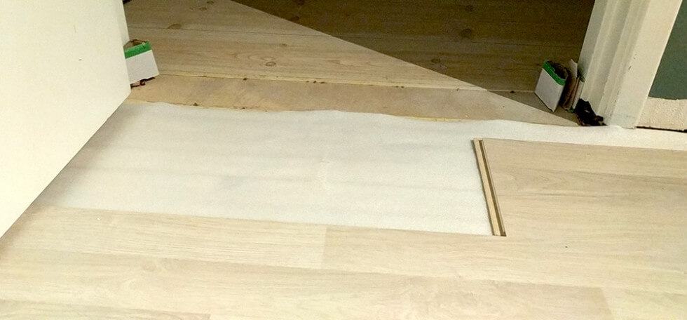 Golvet läggs vid dörrfoder