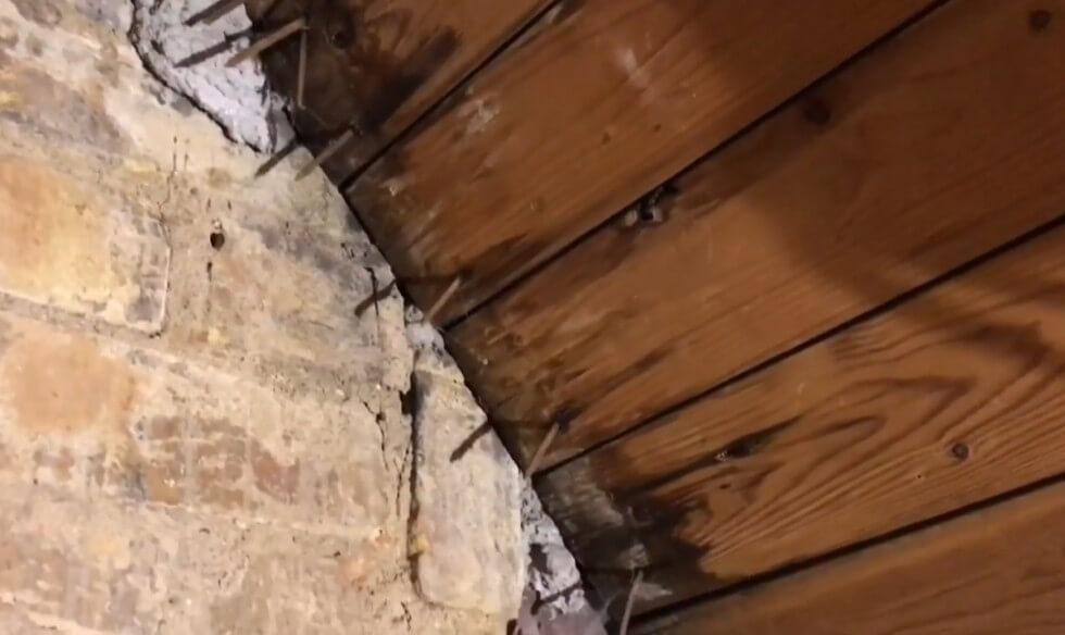Spår av läckage vid skorsten