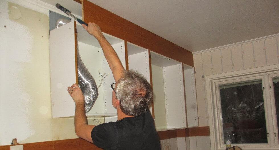 För att spara pengar kan man riva det gamla köket själv