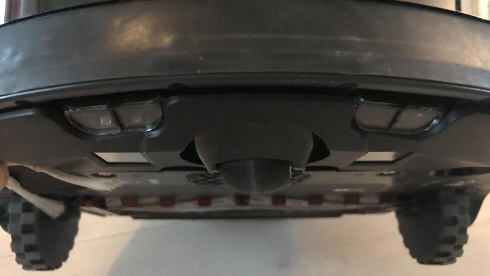 Sensorer på undersidan hjälper Roomba att hitta extra smuts.
