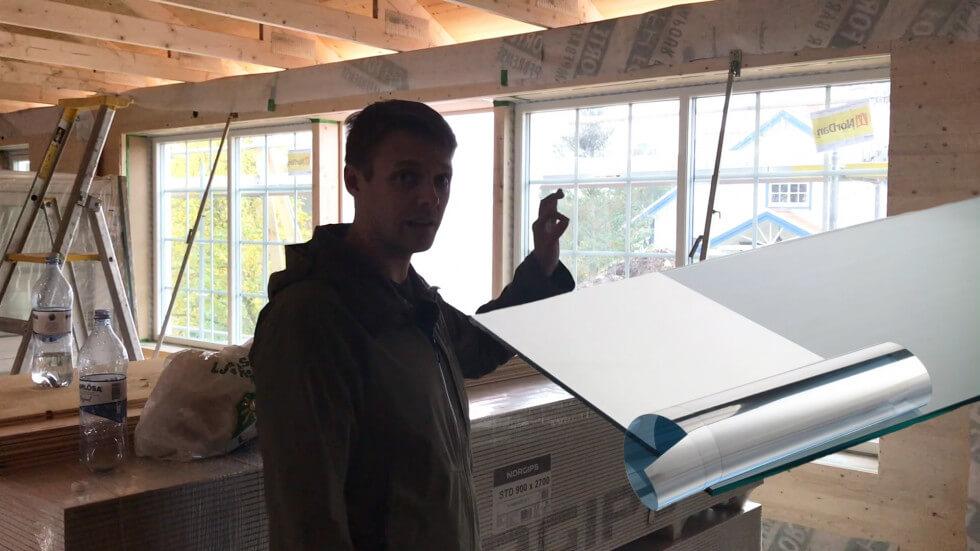 Tunn metallfilm på fönster som blockerar värmestrålning.