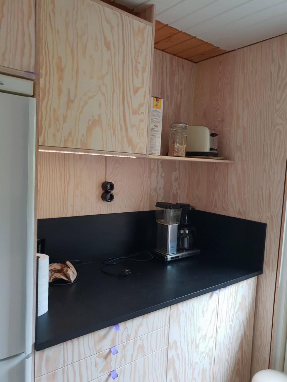 Kylskåp vid bänkyta