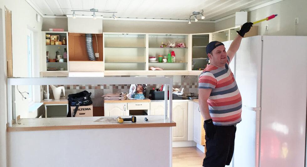 Hantverkare renoverar kök