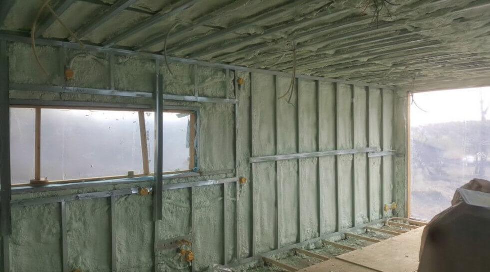 Sprutisolering på insidan av containern.