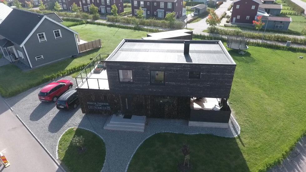 Huset sett från ingången.