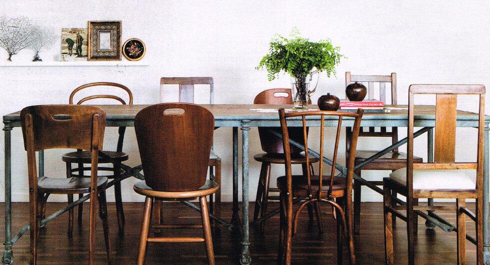 Olika stolar runt bordet
