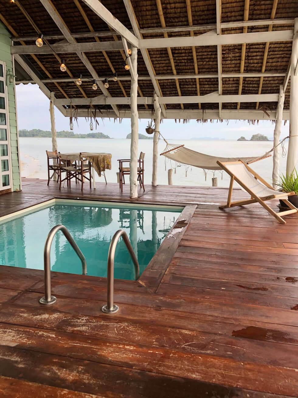 Utsikt över pool och hav