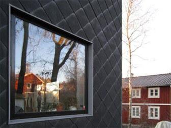 Stort fönster i skifferfasad