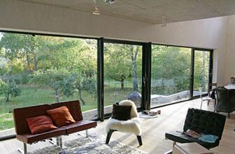 Vardagsrum med stora fönster