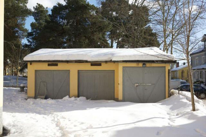 Snöig garagetuppfart