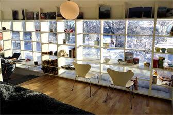Hyllsystem i spröjsade fönster
