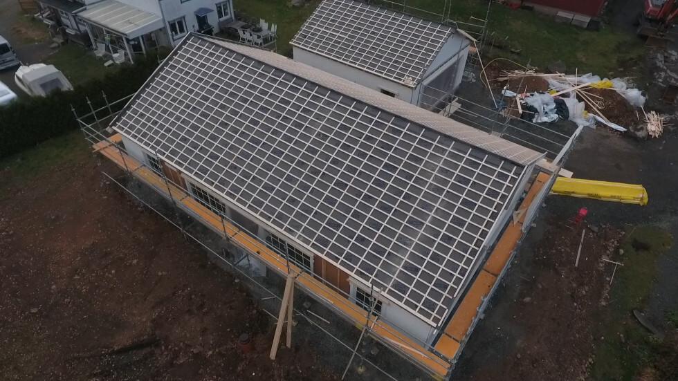 Taket kommer att kläs med gråa takpannor och solceller.