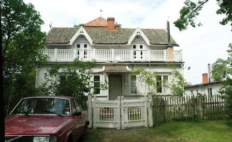 Gammalt hus med takkupor