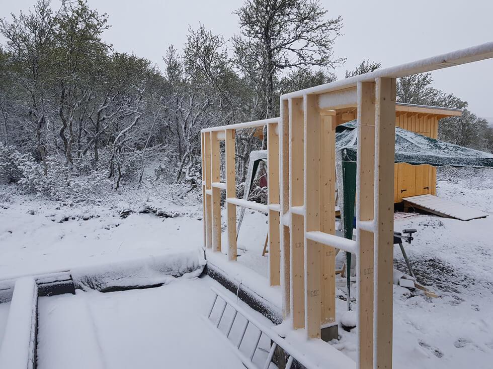 Tillbyggnad trots snöväder.