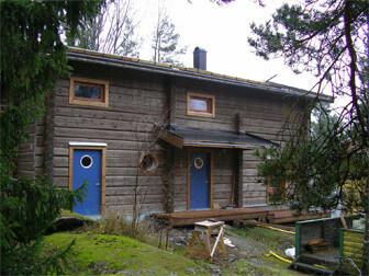 Timmerhus med blå dörrar