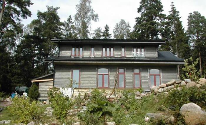 Fönstren, som tidigare suttit i Sahlgrenska sjukhuset, har välvd överkant.