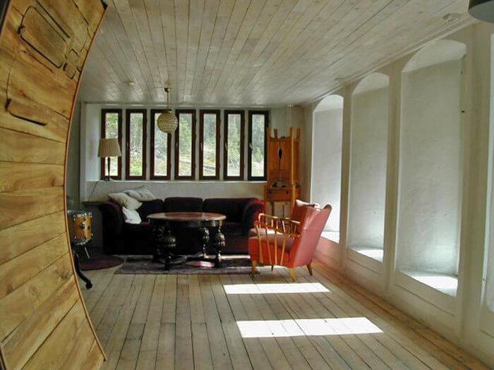 Vardagsrum. Organiska former även inomhus.