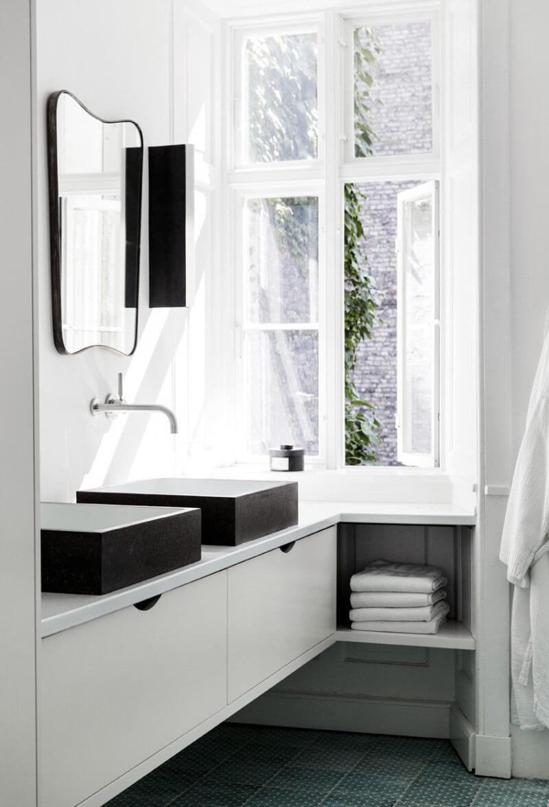 Vitt slätt badrumsskåp