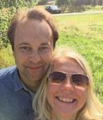 Glada tomtägare Henrik och Cecilia