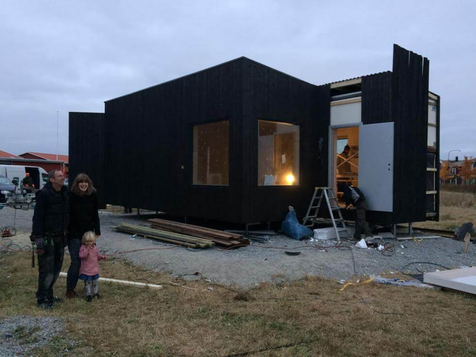 Kenton Knowles och Therese Linder utanför containerhuset.